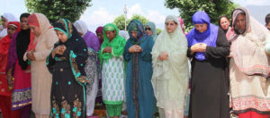 Mehbooba Mufti took part in Jumat-ul-Vida prayers at Hazratbal shrine